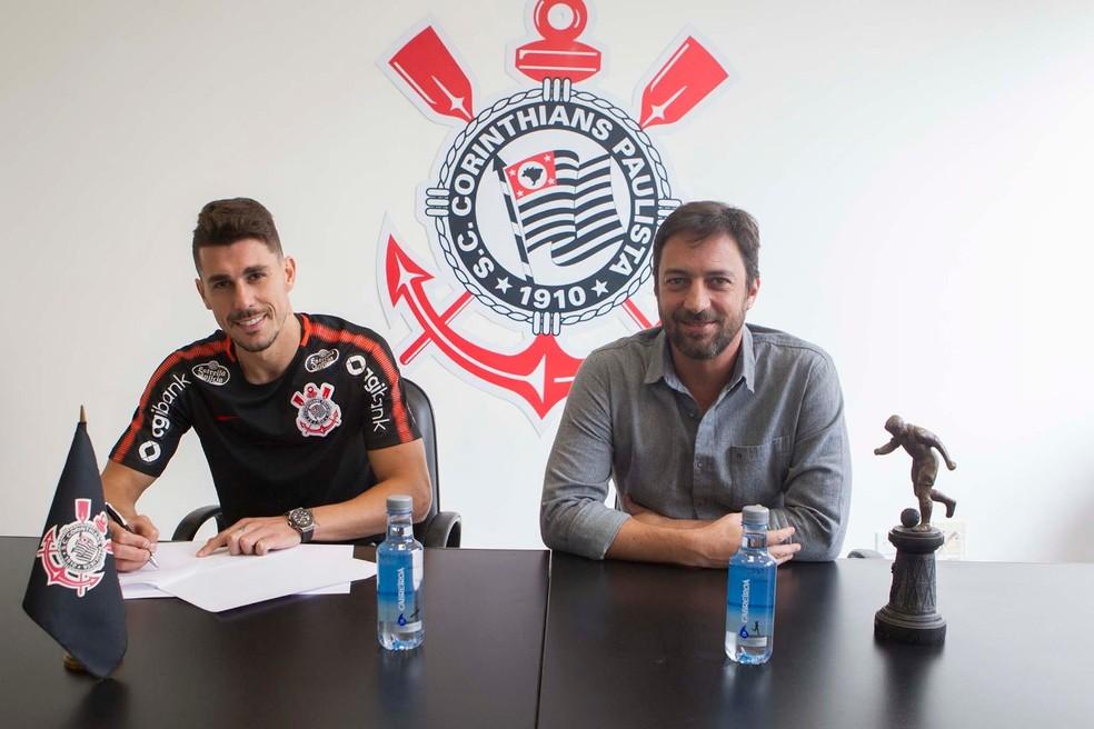 Ao lado do diretor Duilio Monteiro Alves, Danilo Avelar assinar contrato (Foto: Divulgação/Corinthians)