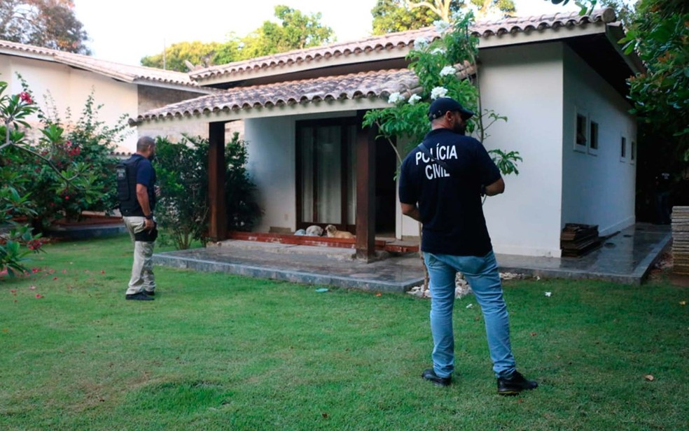 Policiais civis durante a Operação Mosaico, deflagrada na manhã desta quinta-feira (22), na Bahia — Foto: Alberto Maraux/SSP-BA