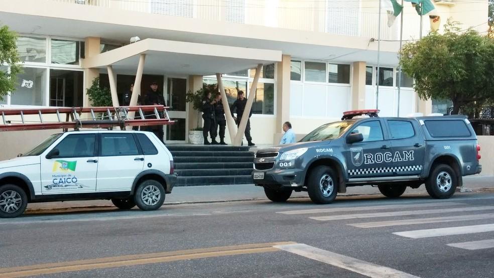 Policiais também cumpriram mandados na sede da prefeitura (Foto: Sidney Silva)