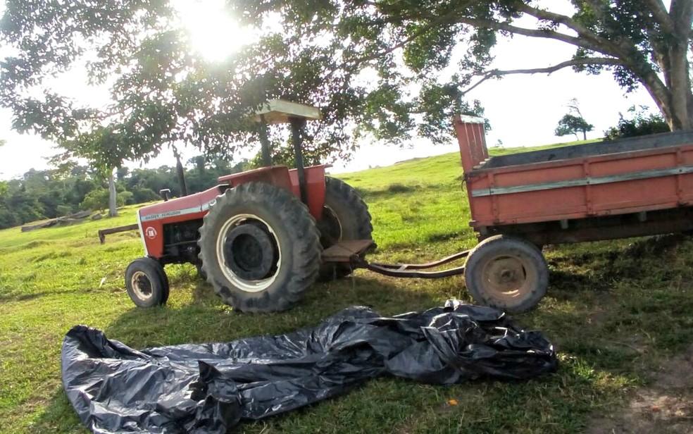 Corpo da vítima foi encontrado sobre carretinha de trator em fazenda de MT (Foto: Rádio Tucunaré)