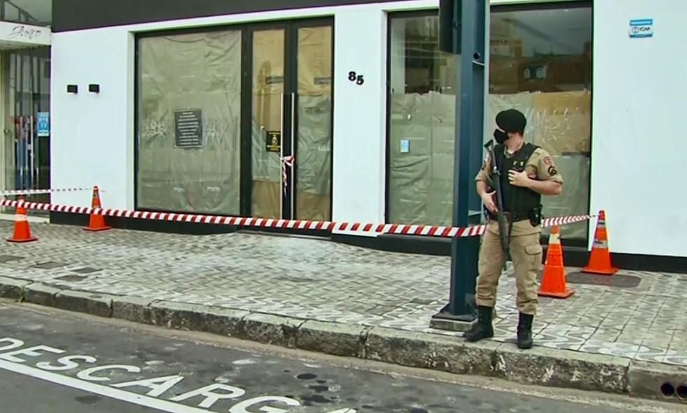 Entrada de prédio onde túnel foi encontrado foi isolado pela polícia em Poços de Caldas — Foto: Marcelo Rodrigues / EPTV