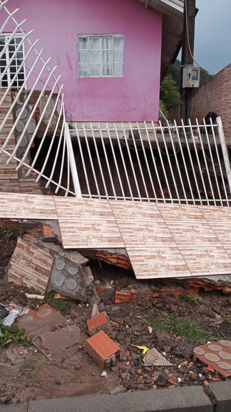 Queda de portão em Lages nesta segunda-feira (28), no bairro Centenário — Foto: Defesa Civil/Divulgação