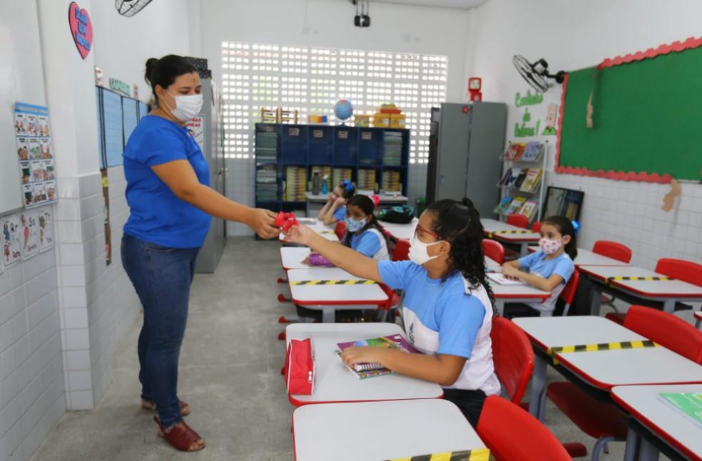 Uso da máscara também é respeitado em escolas de Fortaleza — Foto: Fabiane de Paula/Sistema Verdes Mares