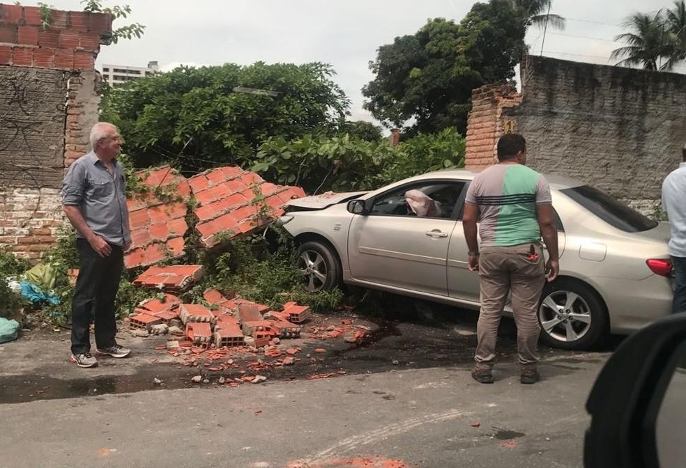 Após tiro, garota perdeu o controle e colidiu em muro (Foto: Arquivo pessoal)