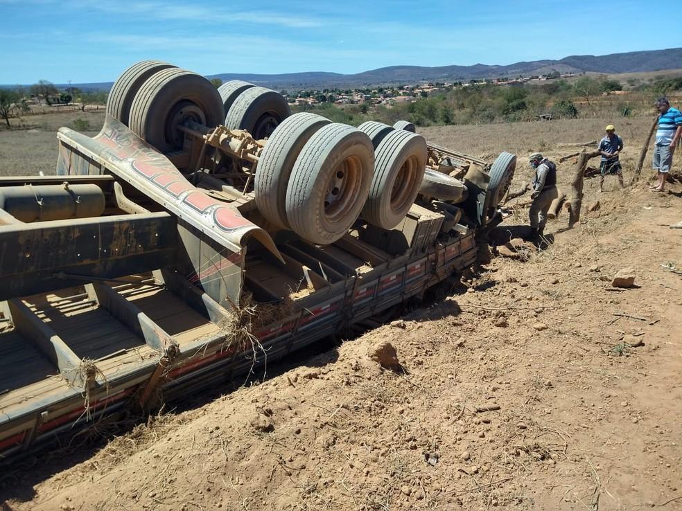 A cabine do caminhão foi esmagada e os corpos das vítimas ficaram presos às ferragens — Foto: Divulgação/Polícia Militar