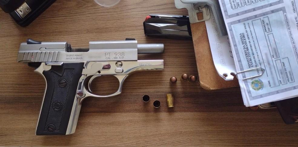 Pistola .380 usada no crime pertence à mulher e está registrada regularmente para provas de tiro — Foto: Polícia Militar/Divulgação