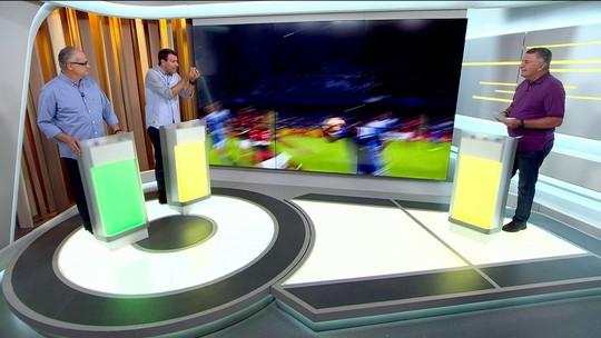 A Regra é Clara - 7º lance: Mão de jogador do Emelec contra Flamengo. Árbitro nada marcou