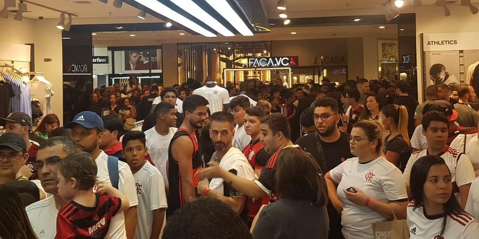 Mais de 500 pessoas tentaram entrar na loja para tietar os laterais e o ex-atacante — Foto: Marcelo Baltar