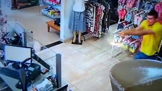 Policial reage a roubo e atinge assaltante armado em loja de Itaberaí; veja vídeo