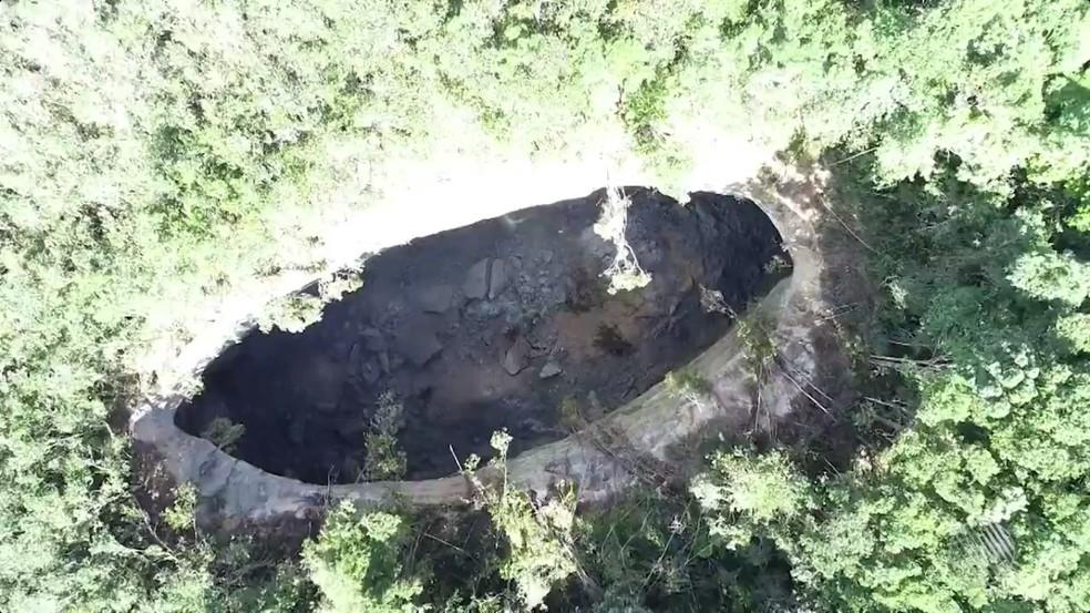 Cratera gigante misteriosa com quase 50 metros de profundidade surgiu na BA (Foto: Reprodução/TV Bahia)