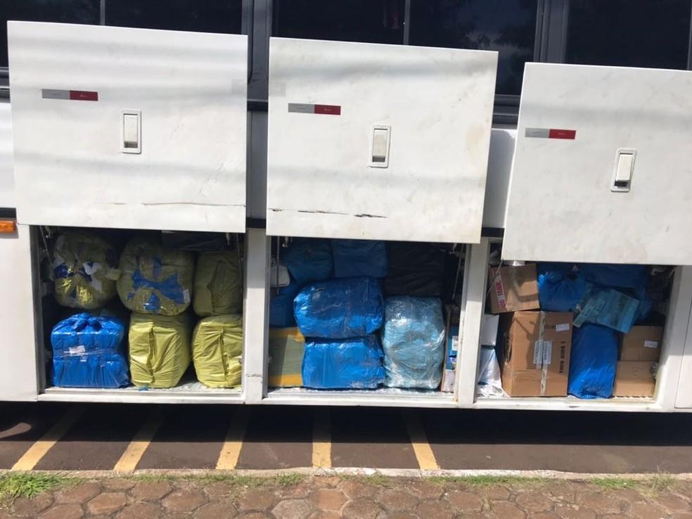 Conforme a PRF, foram encontradas mercadorias estrangeiras nos bagageiros importadas irregularmente. (Foto: Polícia Rodoviária Federal/Divulgação)