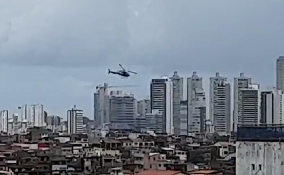 De acordo com relatos de moradores, um helicóptero da PM sobrevoa o bairro. — Foto: Rede Sociais