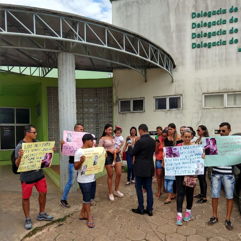 Ato com familiares ocorreu na DIC nesta terça (24) — Foto: Ana Paula/Arquivo pessoal