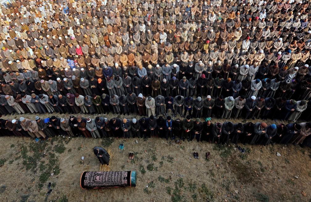 6 de janeiro - Pessoas participam de uma oração funerária para o policial Ghulam Nabi, em Sopore, no norte da Caxemira (Foto: Danish Ismail/Reuters)