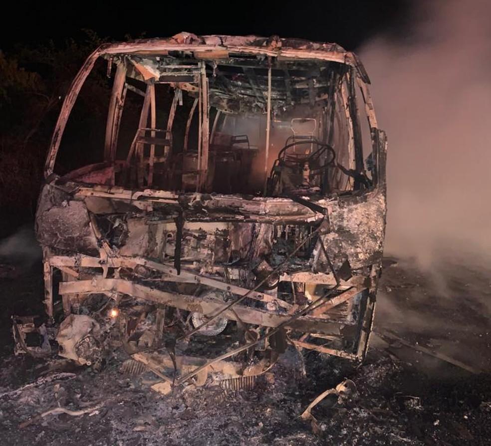 Fogo destruiu completamente a van de turismo — Foto: Corpo de Bombeiros