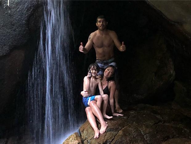 Atriz Dani Suzuki, marido e filho na cachoeira (Foto: Reprodução / Instagram)