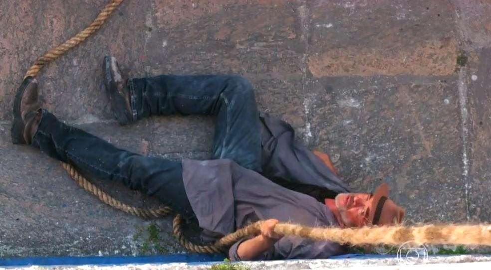 Duque (Jean Pierre Noher) cai durante tentativa de fuga com Cassiano, em 'Flor do Caribe' — Foto: Globo