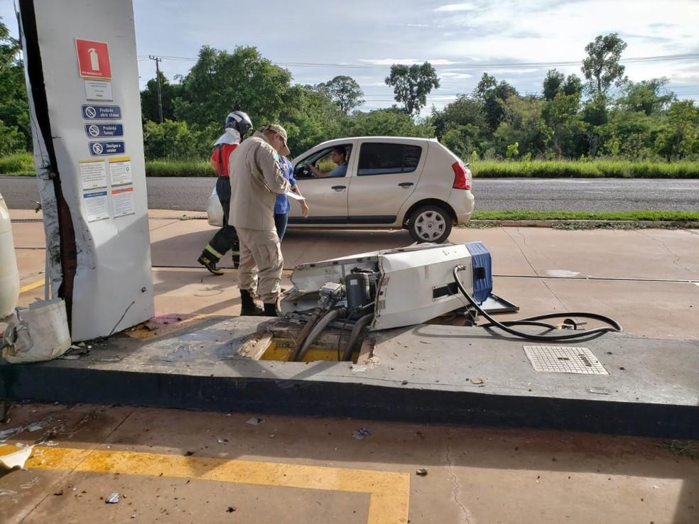 Bomba de combustíveis derrubada em acidente  — Foto: Fabiano Arruda/TV Morena