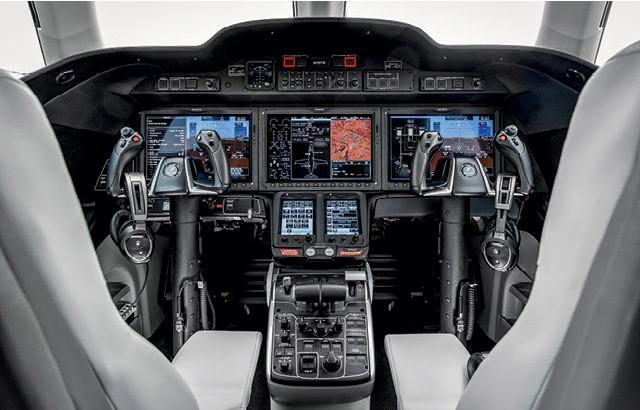 A cabine do jato HA-420, conhecido como HondaJet é hightech: tem fones da Bose, três  telas LCD de 14 polegadas e dois visores sensíveis ao toque  (Foto: Christian Castanho)