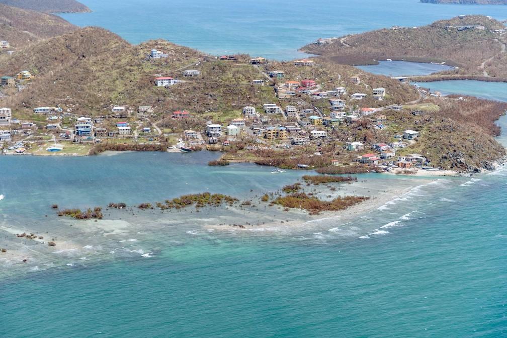 Prédios e casas atingidos pela passagem do furacão Irma nas Ilhas Virgens Britânicas são vistos em sobrevoo. A imagem de domingo (10) foi divulgada nesta segunda-feira (11) (Foto: Cpl Timothy Jones/Ministério da Defesa via Reuters)