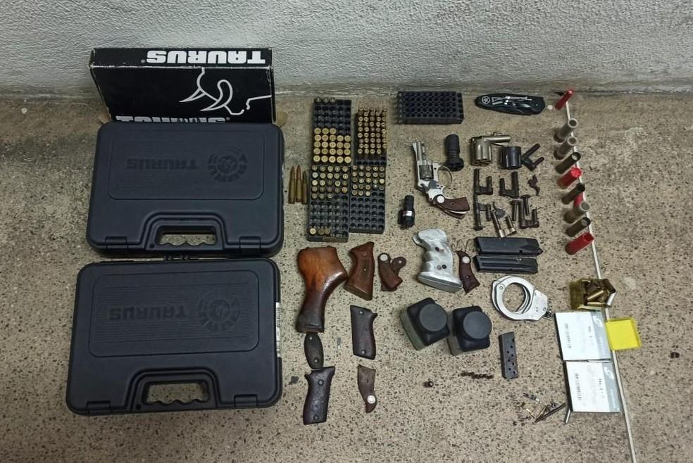 Material apreendido pela polícia na casa do falso agente penal  — Foto: Reprodução