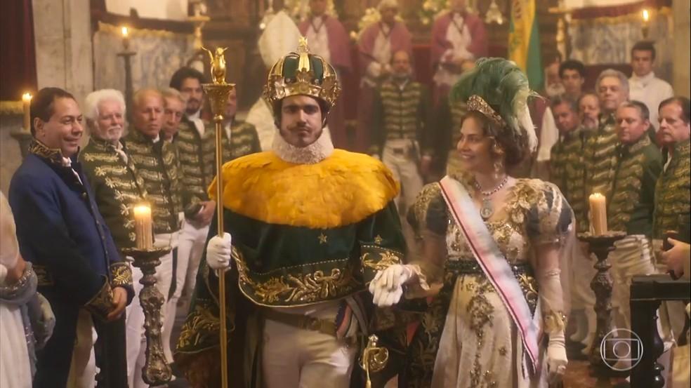 Domitila (Agatha Moreira) inveja a alegria de Leopoldina (Letícia Colin) durante a coroação de Dom Pedro (Caio Castro), em 'Novo Mundo' — Foto: TV Globo