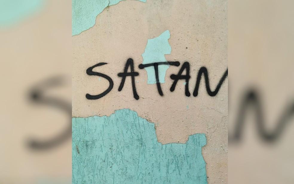 Foto feita na casa de Lázaro mostra a palavra 'satan', que, em português, significa 'satanás' — Foto: Divulgação/Polícia Civil