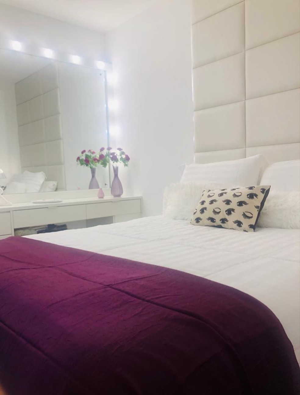 Carla Diaz mostra seu quarto com luzes de camarim, um sonho antigo  — Foto: Vinícius Mochizuki/Divulgação