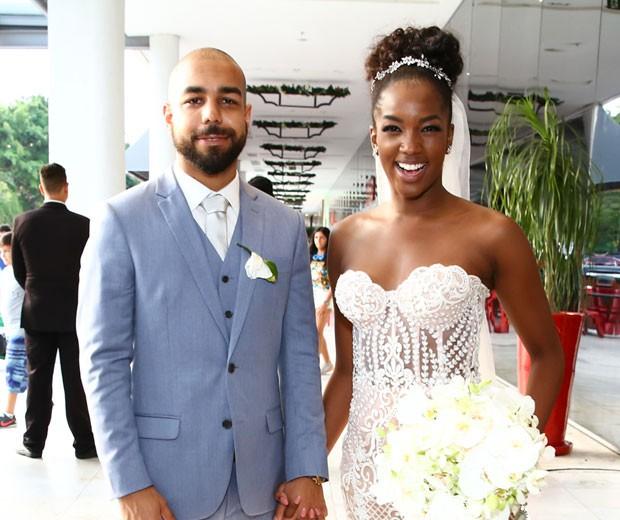 Iza e Sérgio Santos chegam à sua festa de casamento (Foto: Roberto Filho/Brazil News)