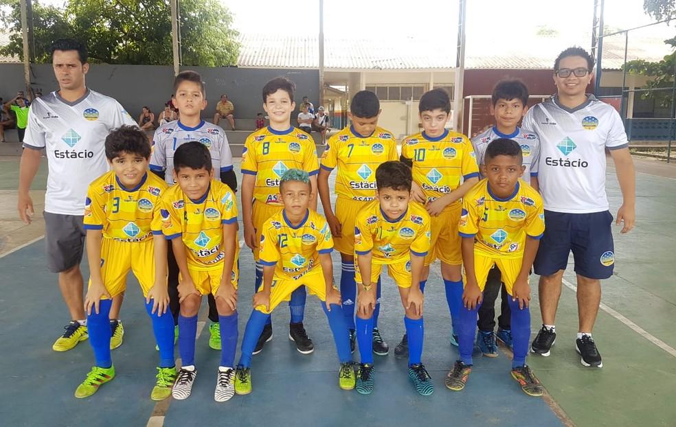 ... Equipe Sub-12 do Constelação na quadra da Escola Ferreirinha — Foto   Arquivo Pessoal 5a213b624f903