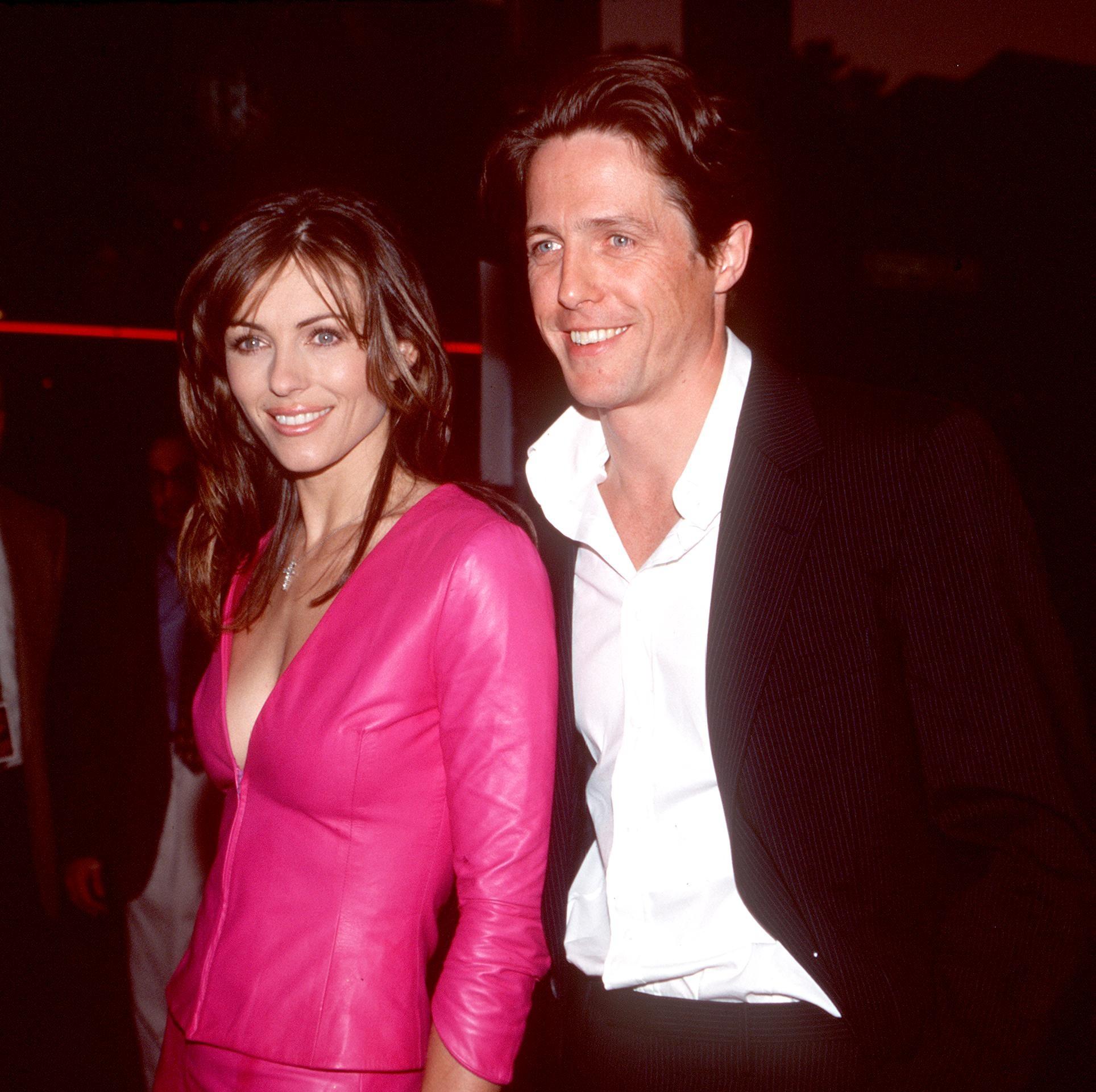 Elizabeth Hurley e Hugh Grant em um evento no ano 2000 (Foto: Getty Images)
