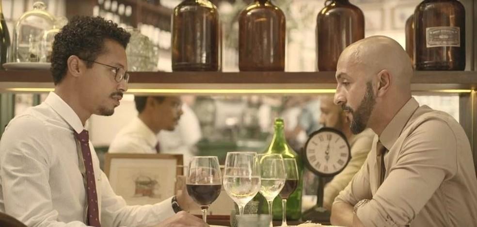 Álvaro (Irandhir Santos) conversa com Lucas (Nando Brandão) em 'Amor de Mãe' — Foto: Globo