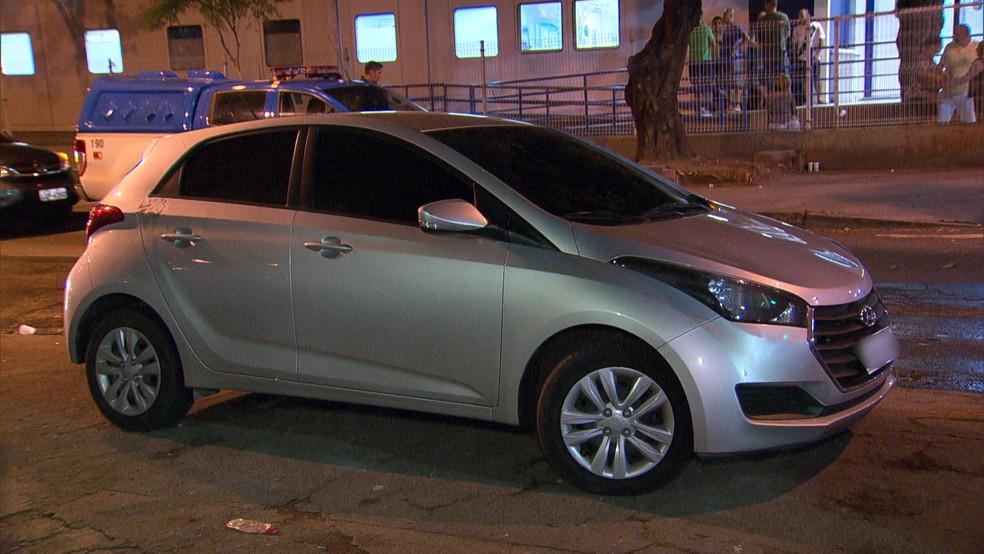 Policial militar foi morto em Oswaldo Cruz depois que criminosos fecharam o carro em que ele estava — Foto: Reprodução / TV Globo