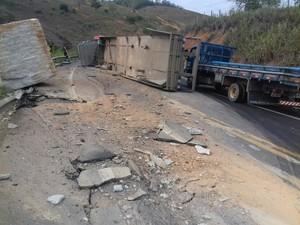 Carreta com granito tomba na BR-259 e fere motorista no Espírito Santo (Foto: Divulgação/PRF)