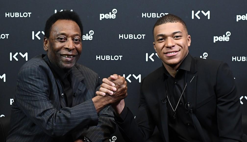 Pelé e Mbappé posam para a foto em evento da patrocinadora em comum — Foto: AFP