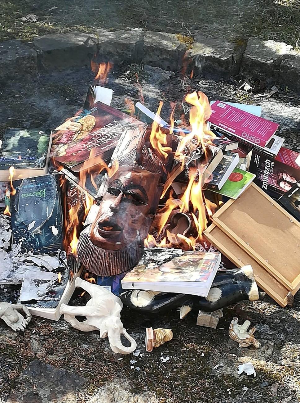 Livros da saga Harry Potter estão entre os títulos queimados (Foto: Facebook Fundacja SMS Z NIEBA)