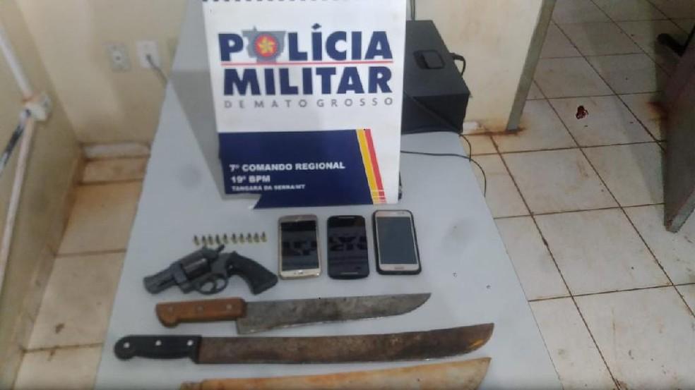 Armas, facões e munições foram apreendidos com os presos, segundo a PM — Foto: PM/Divulgação