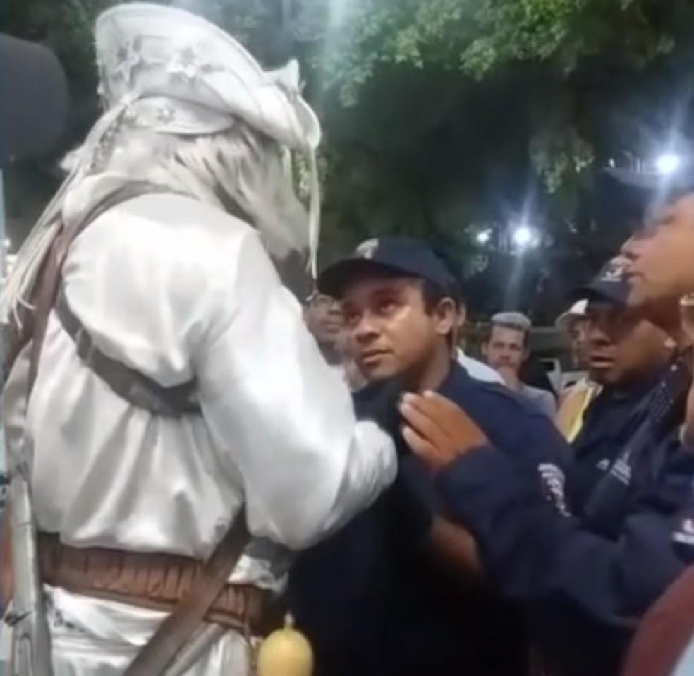 Guarda municipal alegou que artista de rua não poderia atuar em praça em Juazeiro do Norte — Foto: Reprodução