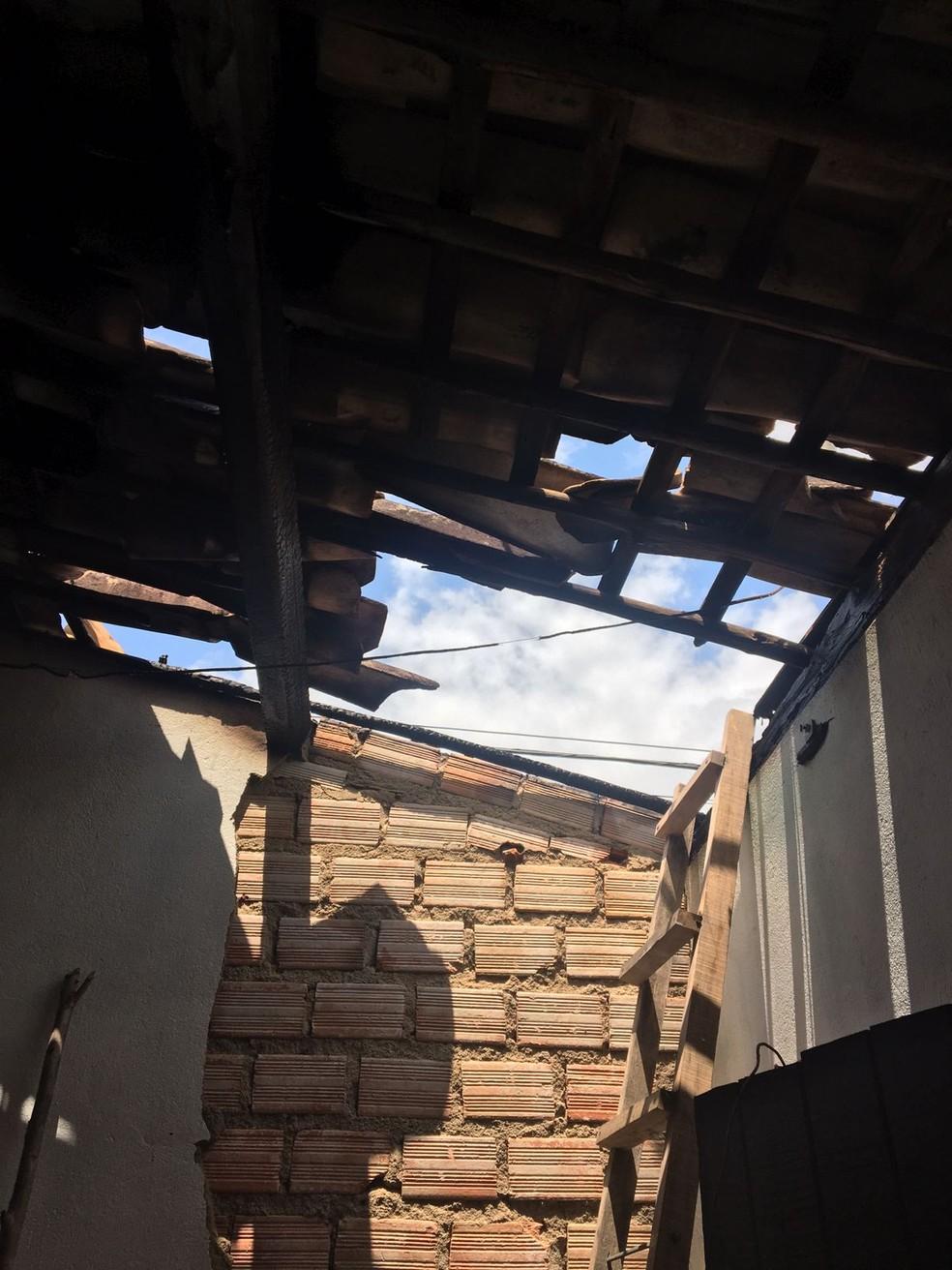 Incêndio atingiu telhado de casa em Matriz de Camaragibe, AL — Foto: CBM-AL