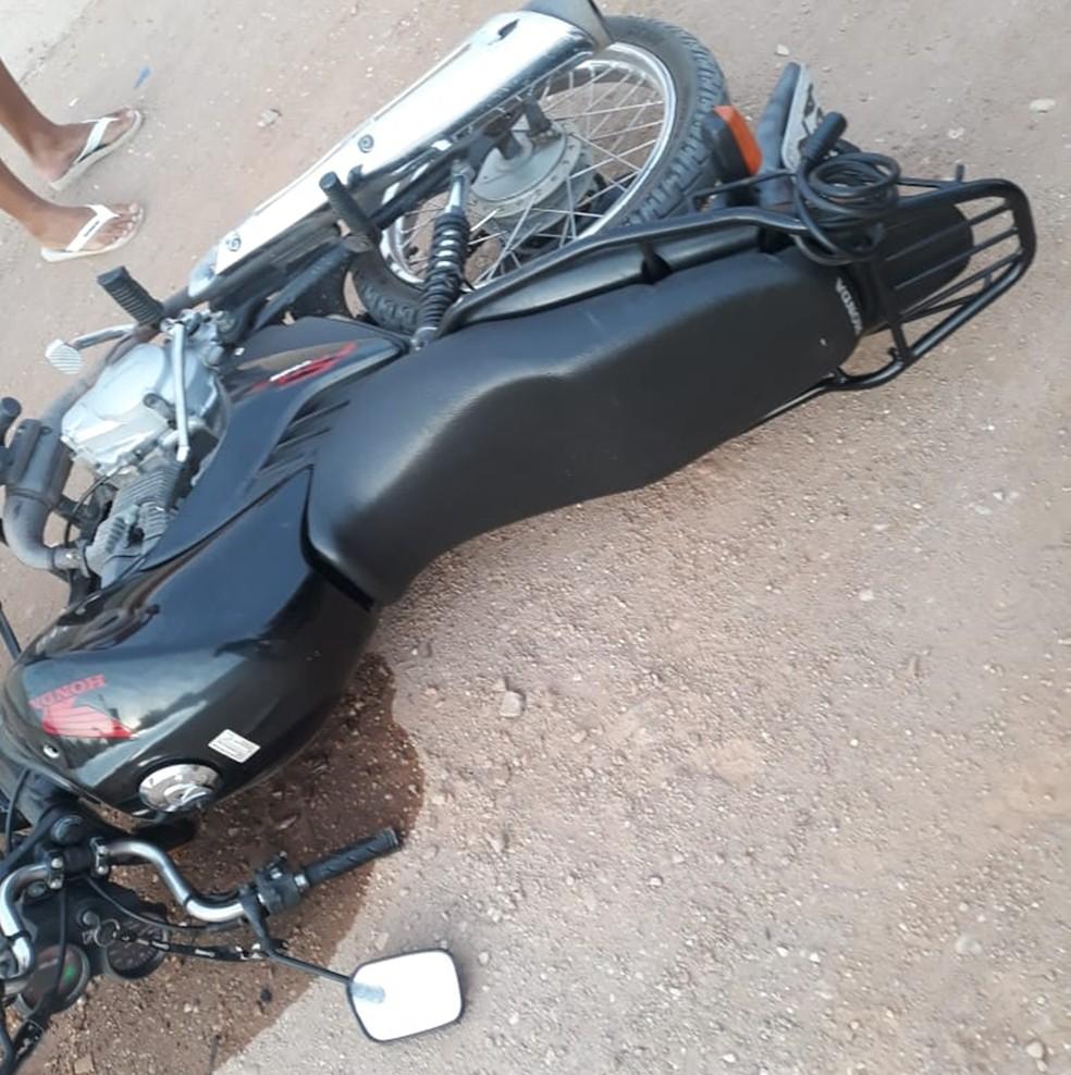 Motocicleta usada pelos assaltantes tem queixa de roubo  — Foto: PM/Divulgação