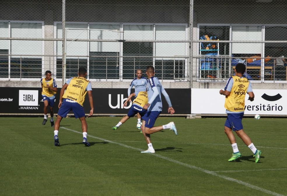 Tardelli dá passe para Luan abrir o placar em treino — Foto: Eduardo Moura