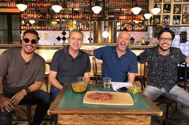 O vocalista do Sorriso Maroto, Bruno, Luís Roberto e Lucio Mauro Filho com Alex Escobar (Foto: Divulgação)