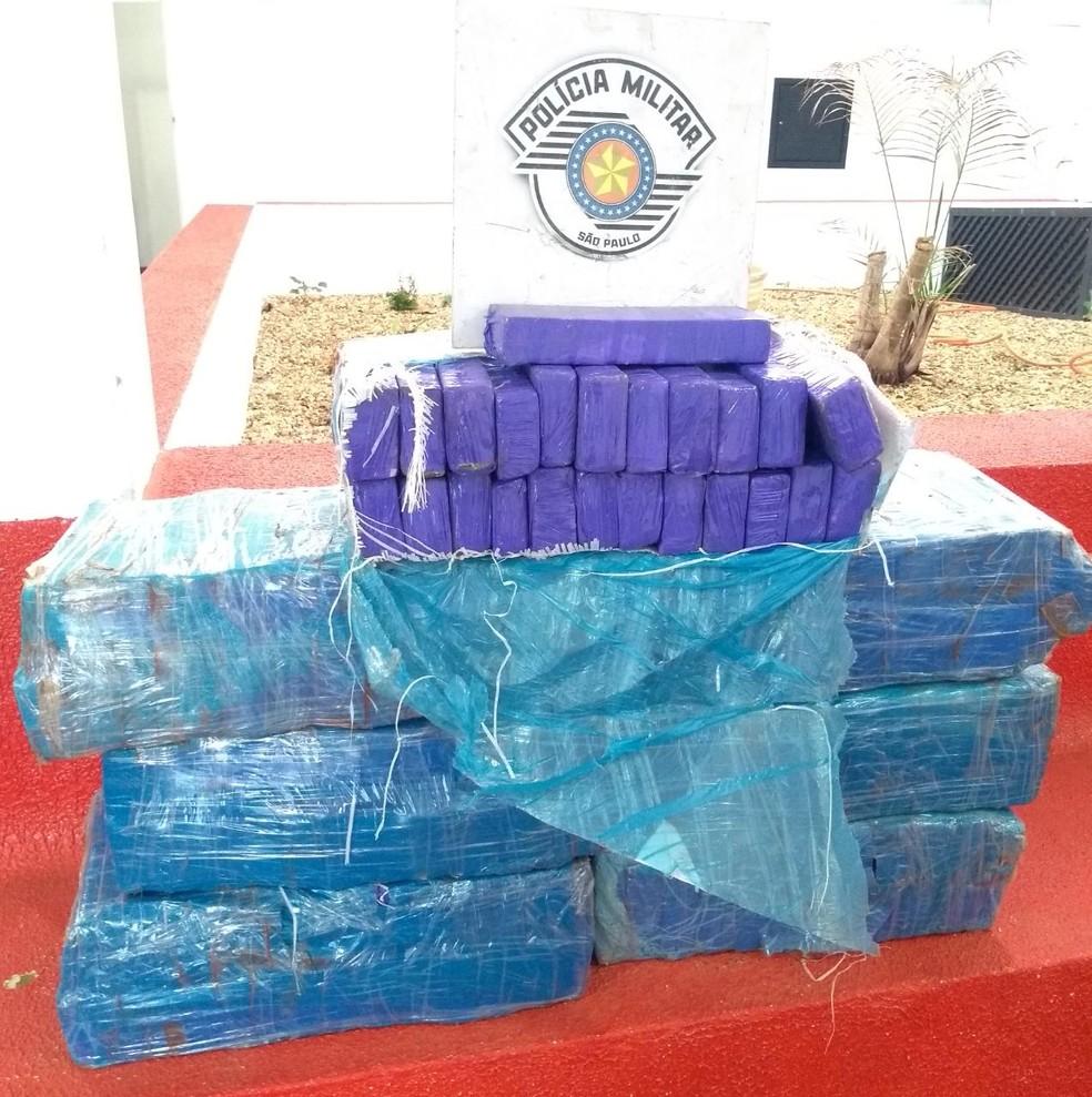 Ao todo a droga apreendida em Itatinga somou 108,7 quilos — Foto: Polícia Rodoviária / Divulgação