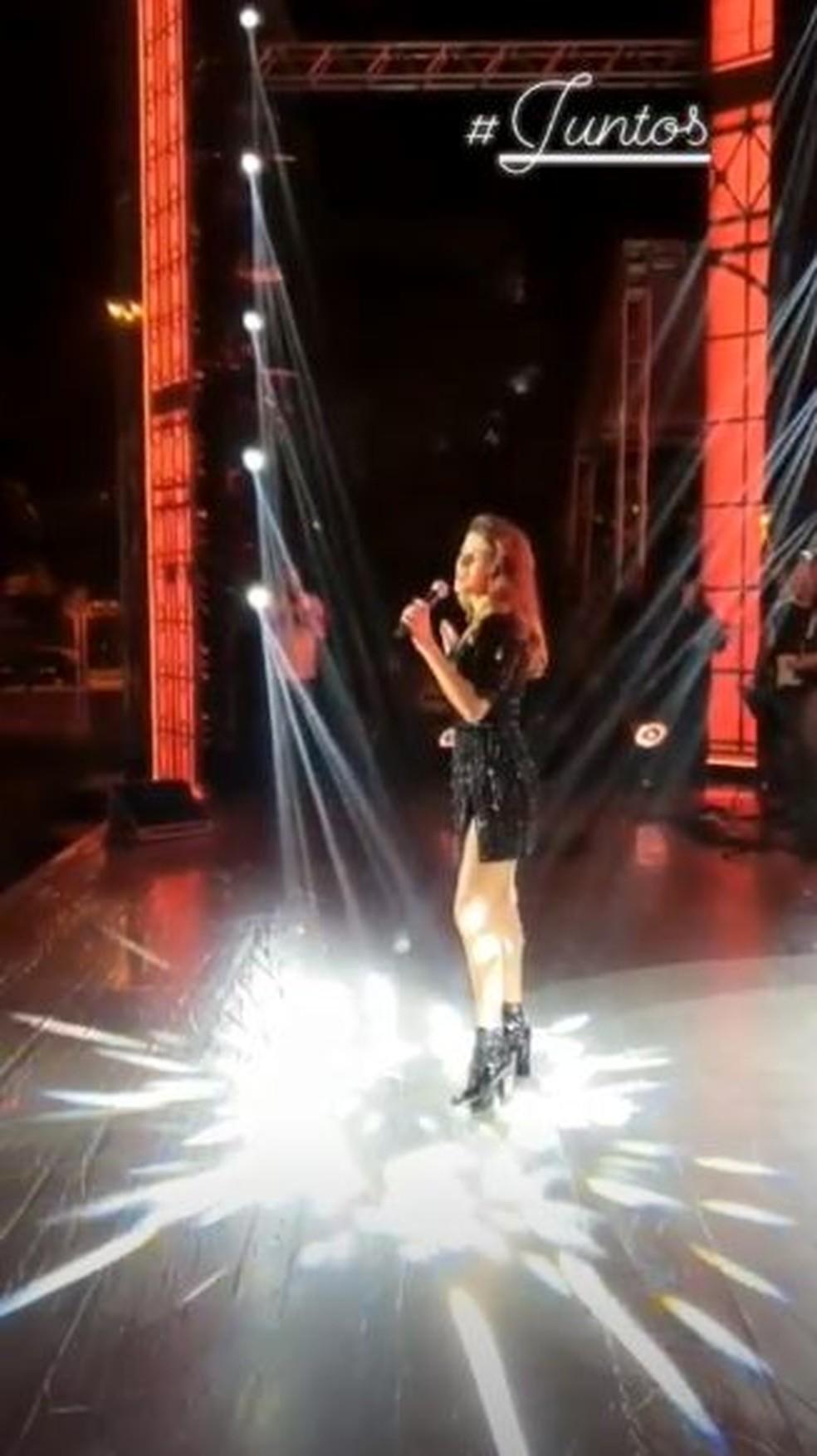 Sozinha: Paula Fernandes canta a música 'Juntos' em ensaio do seu DVD 'Origens' — Foto: Reprodução do Instagram