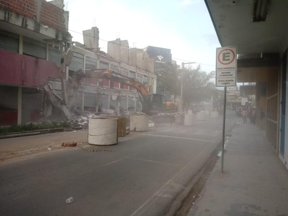 Prédio começou a ser demolido na tarde desta segunda-feira (13) (Foto: Roger Sarmento/ TV Santa Cruz)