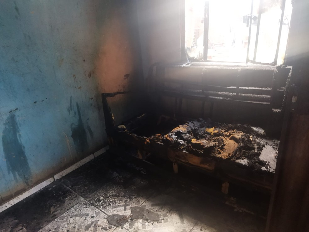 Incêndio destruiu móveis e eletrodomésticos  — Foto: Polícia Militar/Divulgação