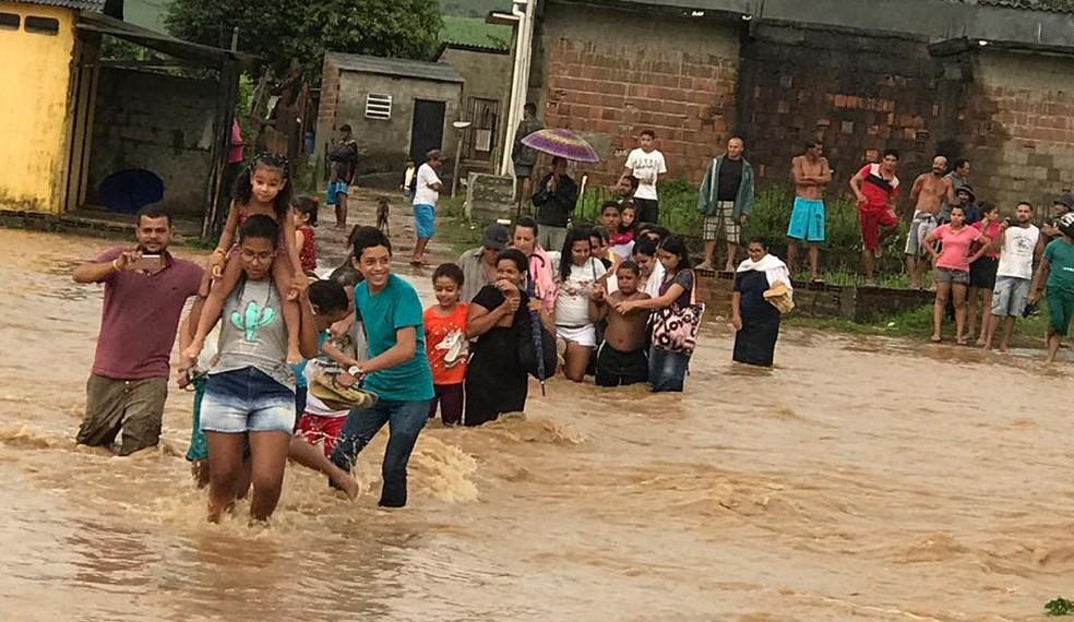 Moradores de Amaraji, na Zona da Mata Sul de Pernambuco, enfrentaram alagamentos por causa da chuva de 143 milímetros registrada em 24 horas — Foto: Prefeitura de Amaraji/Divulgação
