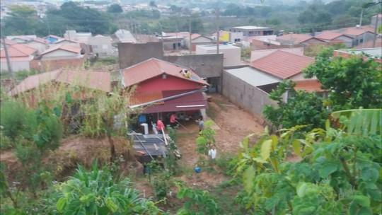 Lama invade creche e casas durante forte chuva em Pratápolis, MG
