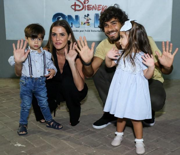 Deborah Secco e Hugo Moura com Maria Flor e amiguinho (Foto: Roberto Filho/Brazil News)