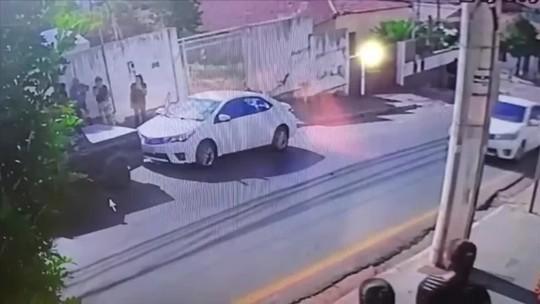 Vítimas de assalto conseguem pegar bolsas dentro de carro em movimento e uma delas quase é atropelada por suspeito em MT; veja vídeo